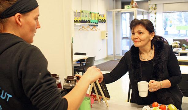 Cafe Tassulan asiakas ostamassa kahvia kassalla.