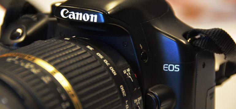 Canonin järjestelmäkamera lähikuvassa.