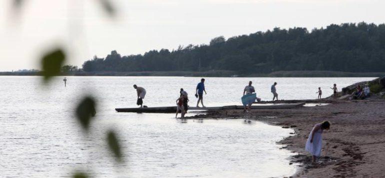 Ihmisiä Otanlahden rannalla.