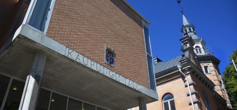 Rauman kaupungintalon julkisivu, kuvassa myös kaupungintalon torni.