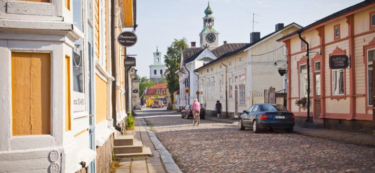 Vanha Rauma, Isoraastuvankatu, kesä, Raatihuone, Pyhän Ristin Kirkko, Kauppatori