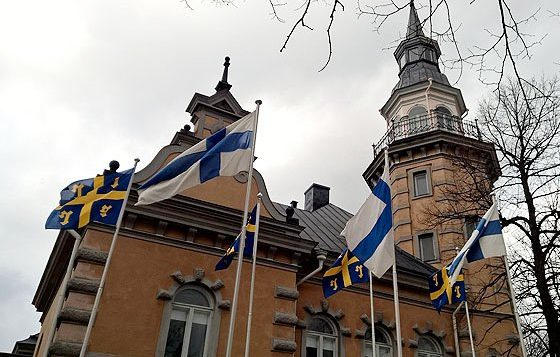 Rauman kaupungintalon torni ja liput