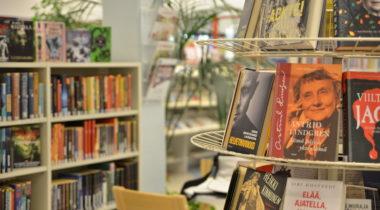 Kourujärven kirjasto sisältä, kirjahyllyjä