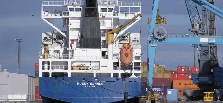 Laiva konttilaiturissa Rauman satamassa