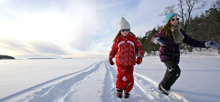 Lapsia hiihtoladulla meren jäällä Kaskisten eteläpuolella