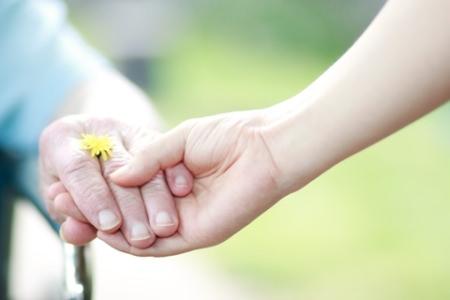 Vanhuspalvelut, käsi kädessä ulkona