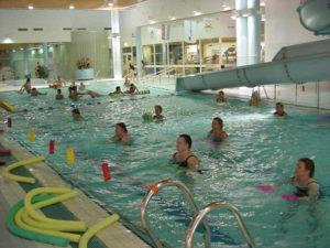 Vesivoimistelijat altaassa.