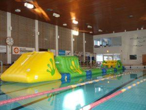 Ilmatäytteinen wibit-rata uimahallissa.