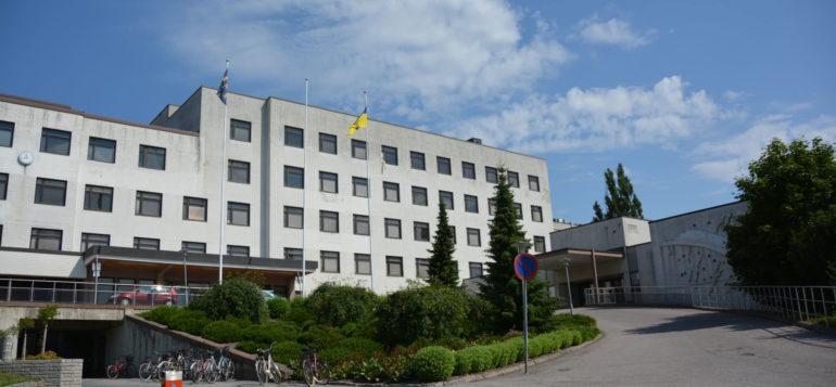 Rauman terveyskeskus- ja sairaalarakennus kuvattuna kesällä.