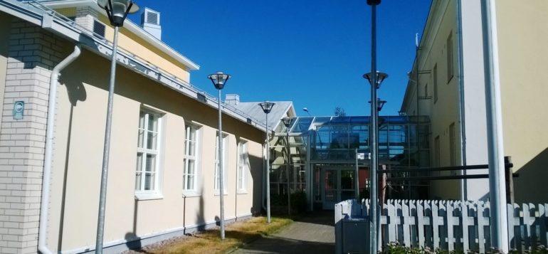 Kodisjoen kirjasto ulkoa kuvattuna.