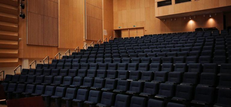 Rauma salin katsomo, tuolit tyhjänä.