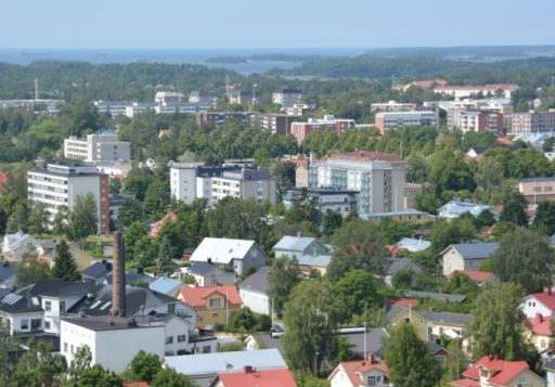 Rauman keskusta-alueen taloja ja ympäristöä ilmasta kuvattuna kesällä
