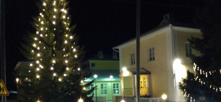 Kodisjoen kirjasto ja koulu jouluvalaistuksessa
