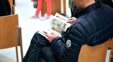 Pääkirjasto, mies lukee