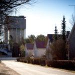 Nummen aluetta, vesitorni näkyy kadun päässä.