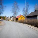 Sampaanalan asuinalueella oleva tie ja taloja tien oikealla puolella.