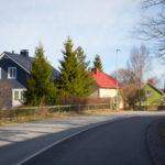 Sampaanalan asuinalueen taloja kuvattuna tieltä.