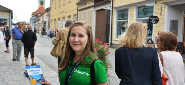 Liikkuva matkailuneuvoja Vanhassa Raumassa kartta kädessä