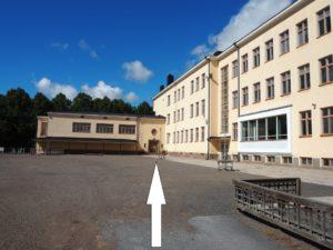 Karin koulun liikuntasalin sisäänkäynti.