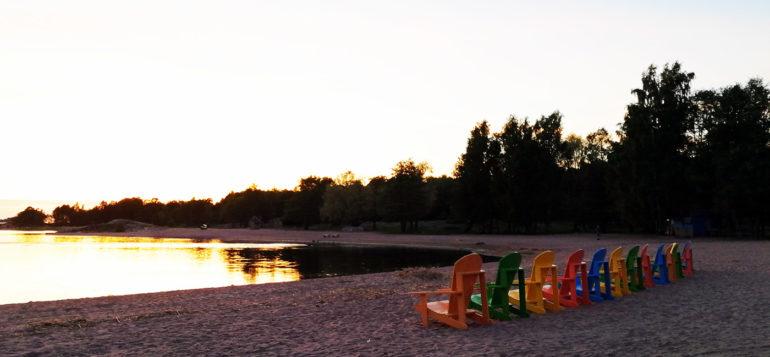 Rantatuoleja Otanlahden rannalla.