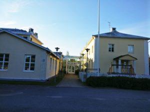 Kodisjoen koulun liikuntasalin sisäänkäynti.