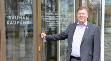 Kari Koski kaupungintalon ovella