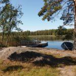 Pitkäjärven rantasaunan kallioinen ranta.