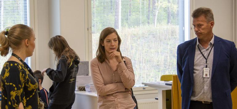 Opetusministeri Li Anderson tutustumassa Pohjoiskehän koulussa