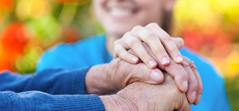 Kuvistuskuvassa vanhuksen kädet