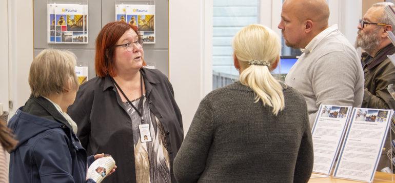 Kalle Leppikorpi ja Mari Soilukari keskustelevat Uuden asukkaan illassa
