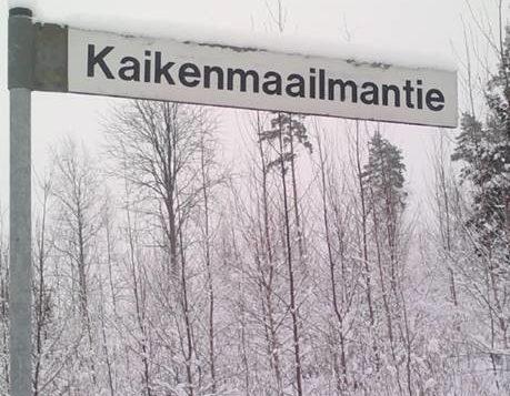 Kaikenmaailmantien tien viitta talvimaisemassa.