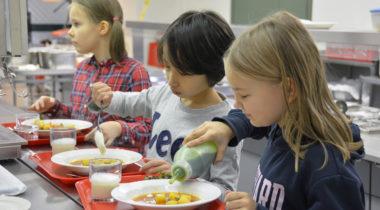 Kuva: Nanun koululaiset ruokalinjastolla
