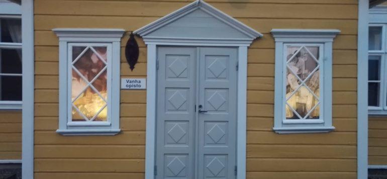 Kuva: Vanha opisto, valokuvanäyttely ikkunoissa