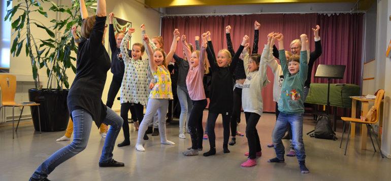 Kuvassa Lapsikuoro Mindina harjoittelemassa esitystä varten