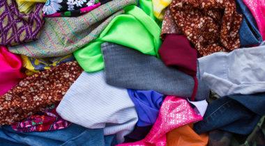 Erivärisiä vaate- ja tekstiilijätteistä yhdessä kasassa.