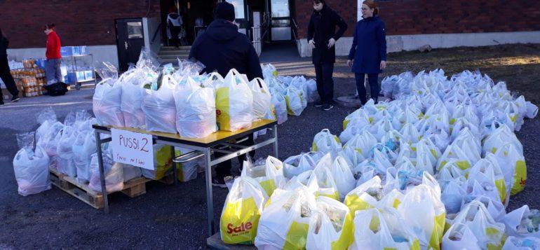 Ruokakassien jakoa Nanun koulun ruokasalin ulkoovella.