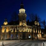 Rauman vanhan kaupungintalon julkisivun valaistus illalla.