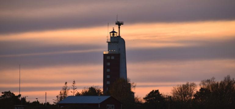 Kylmäpihlajan majakka ilta-auringossa, kuvaaja Emma Vänttinen.