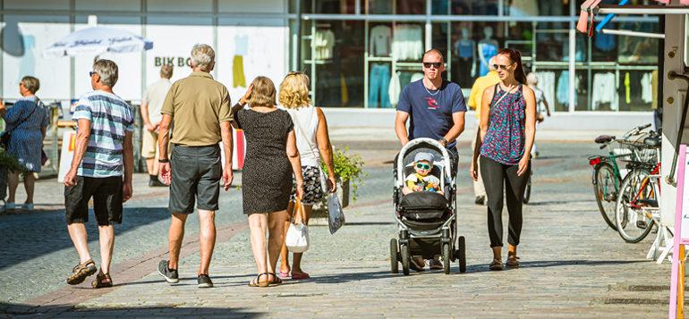 Kävelykatuaikaa kesällä, Kauppakadulla.