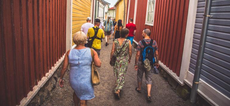 Ihmisiä kävelemässä Kitukrännissä Vanhassa Raumassa.