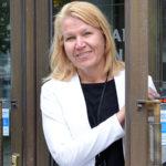 Kaupunginjohtaja Johanna Luukkonen kaupungintalon ovella.