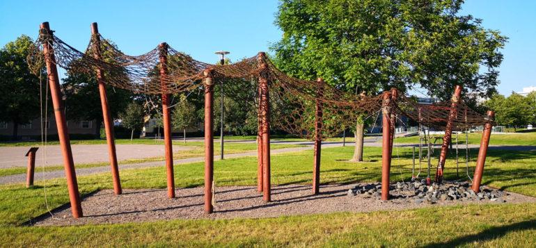 Pilvilinnanväylä-teos Parpansalin puistossa kesällä 2020.