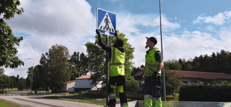 Uusien liikennemerkkien asennusta Raumalla