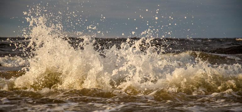 Aallon roiskeita merellä lähikuvassa.