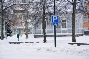 Moottoripyörien pysäköintipaikka Valtakadulla talvimaisemassa.