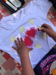Sydämien painatusta t-paitaan kesäkerhossa