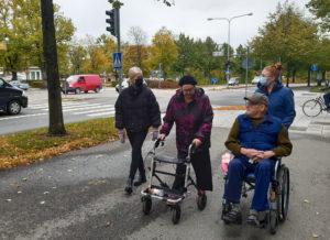 Rauman nuorisovaltuuston jäsenet Kiia Hannolainen ja Reeta Valavuo viettivät ulkoiluhetken palvelutalo Iltatuulessa asuvien Eiran ja Kimmon kanssa.
